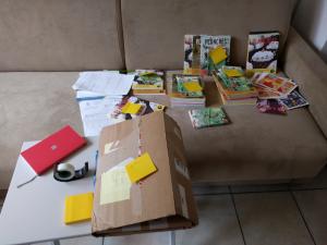Un bien beau bureau improvisé pourpréparer les commandes à envoyer aux librairies françaises
